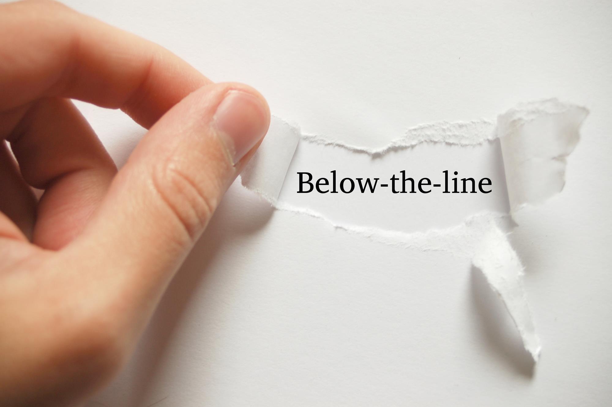 Dłoń odsłaniająca napis below the line