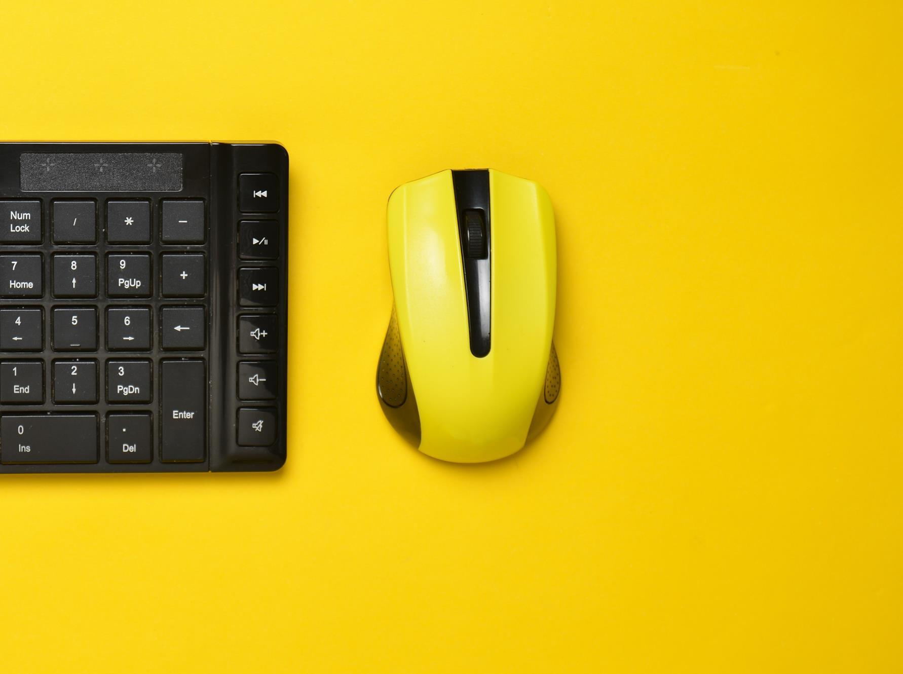 Myszka komputerowa i klawiatura na żółtym tle